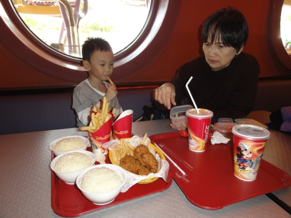 French fries and fried chicken.............my favorite..........no white rice in here, only chicken rice