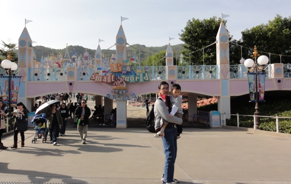 Now, let's watch It's A Small World. My mom says it's like Istana Boneka in Dufan. Don't ask me what that is, because I have no idea at all.....
