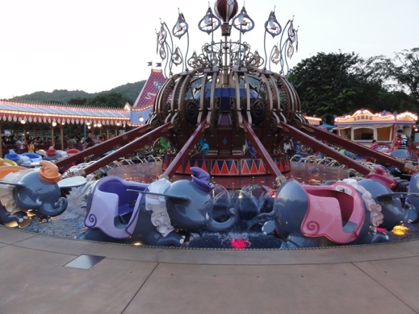 Flying Dumbo......another ride with long queue.....