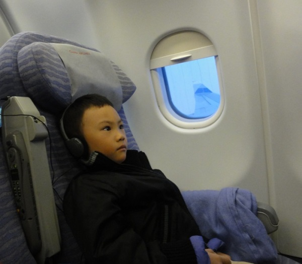 The lil boy with the headphones always on his ears, hahaha.............he was in good mood during the flight to and from Hongkong