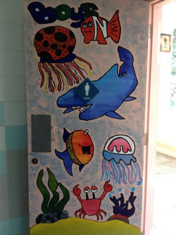 Toilet sekolah yang penuh gambar