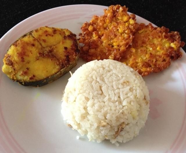 Nasi gurih ayam dengan ikan panggang dan bakwan jagung