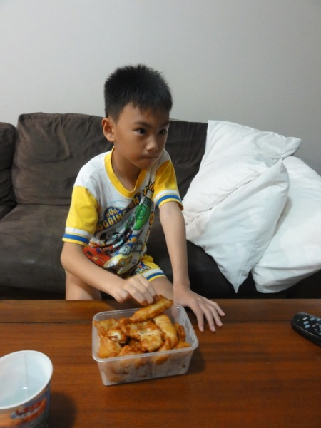 One of the menu was fried chicken in sweet and sour sauce. Since the boy never likes the sauce, he only ate the chicken