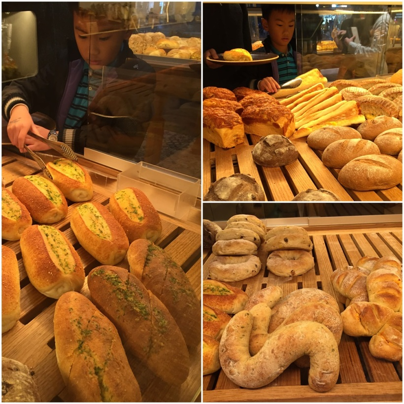 So many bread to choose..........and the boy's favorite was cheese triangle and cheesy garlic bread