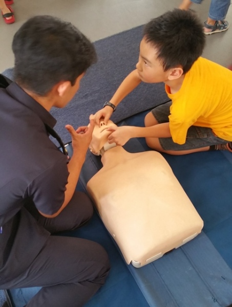 A policeman showed how to do CPR in Children's Day Carnival. Well, this was not a show, but it was good for the children's knowledge