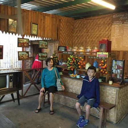 Indonesia traditional food stall..........cuakep ya warungnya, beneran kayak balik ke jaman dulu