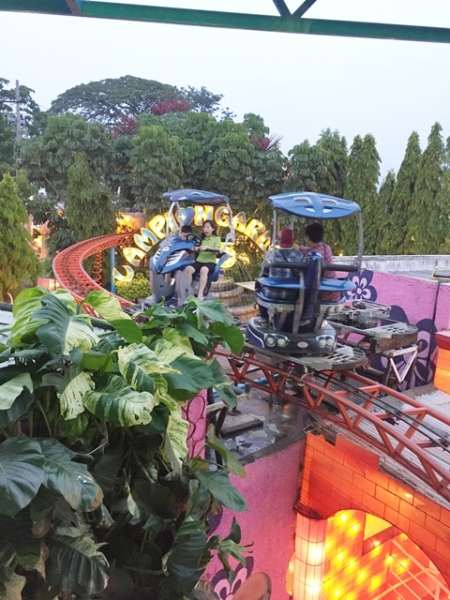 They could see the Lantern Garden from above, so after riding this, my sister said she didn't want to come inside the Lantern Garden because she already saw everything from above..........