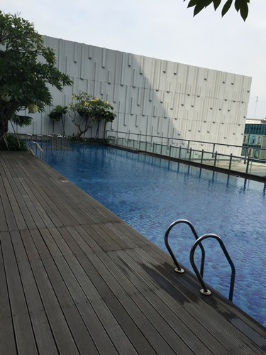 Very quiet pool and blue water.........who can resist not to jump right away?